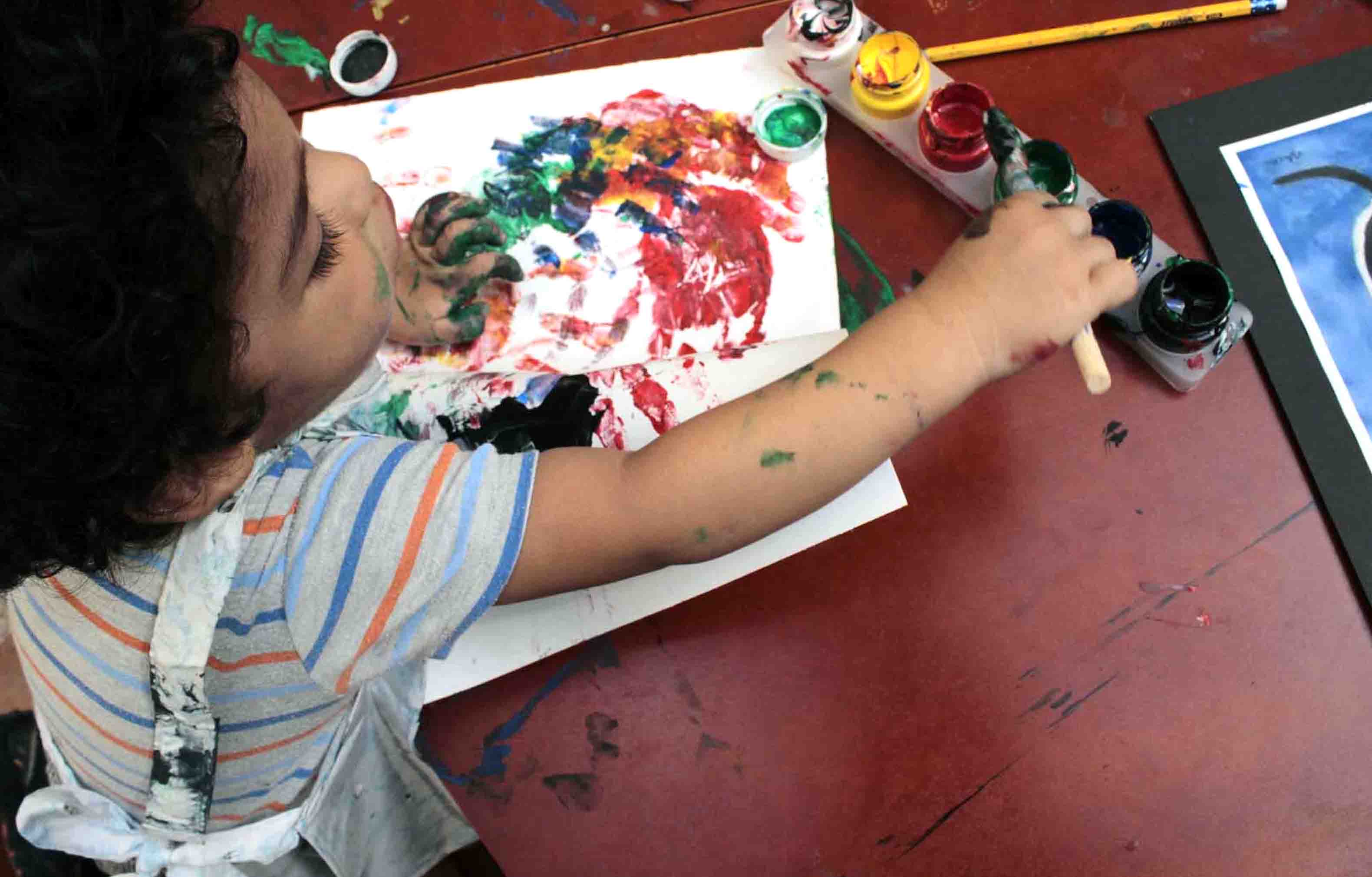 edumin-pagina-nino-pintando